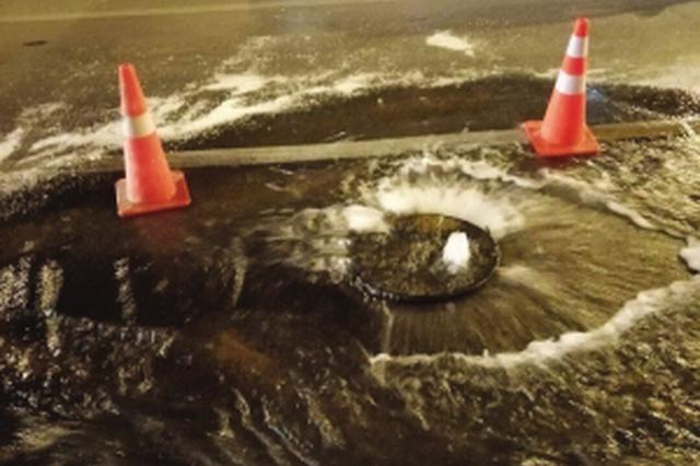 劳动公园附近自来水管线爆裂马路成河