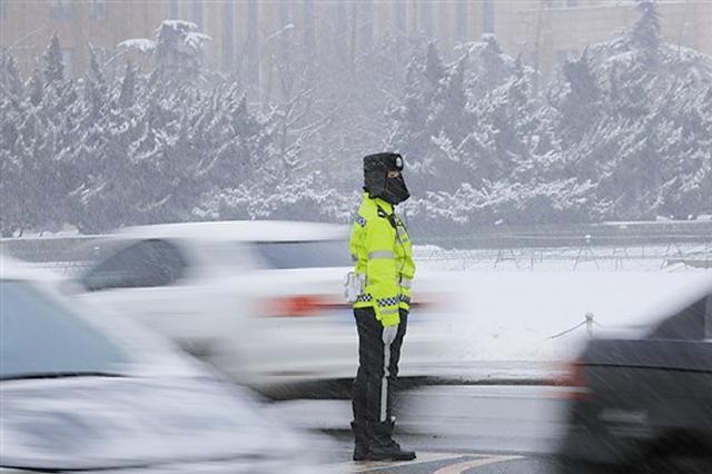 大连迎入春首场降雪 1200余名交警全员上岗保出行