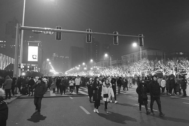 三万多名工作人员现场服务 全力保障市民观礼