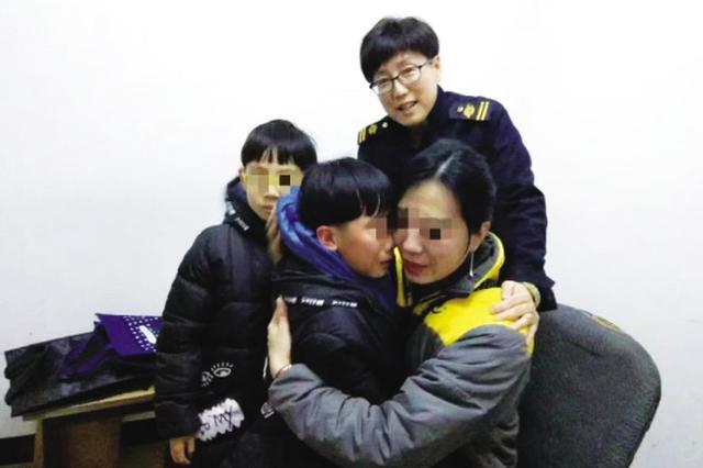 在调度室找到孩子,一家人抱头痛哭。