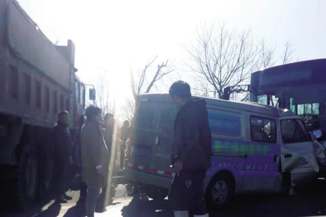 三车相撞一副驾驶男子被卡 消防破拆救人