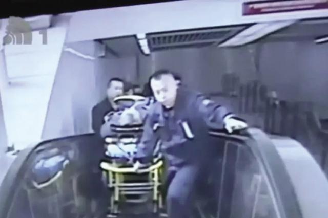男子乘坐公交车突然晕倒 好心人及时救助