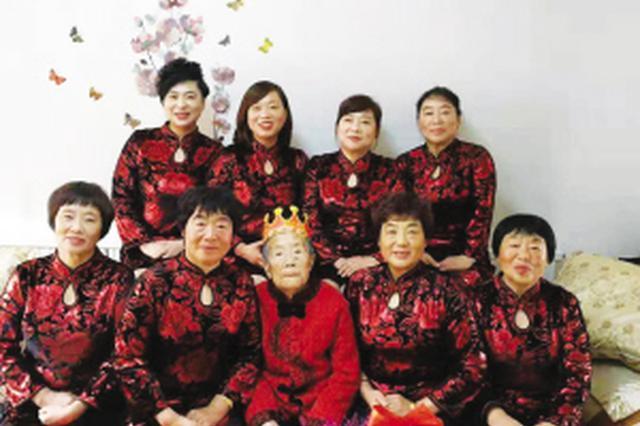 8女儿穿旗袍给88岁母亲庆生 温情场景感动数十万网友