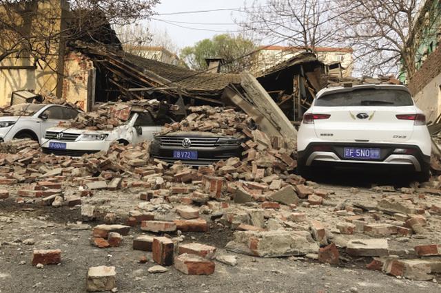 甘井子区一平房突然倒塌 五辆车被砸