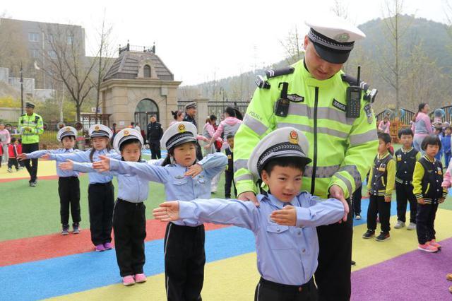 交警走进高新区中心幼儿园开展警园互动交流活动