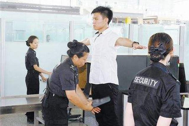 女子坐地铁拒绝安检竟还甩打民警