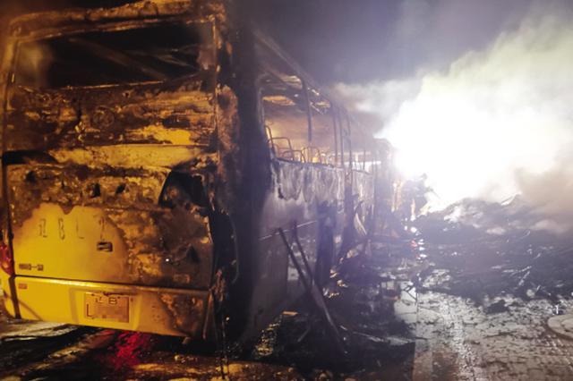垃圾堆起火引燃路边大客车