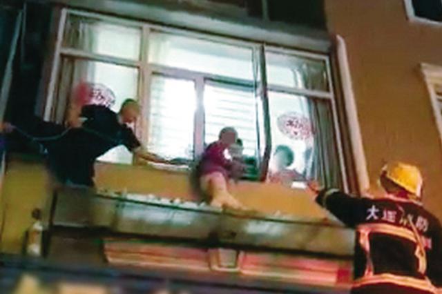 痴呆老太爬到窗外被困二楼成功获救
