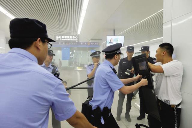 多警种联动举行地铁反恐演练