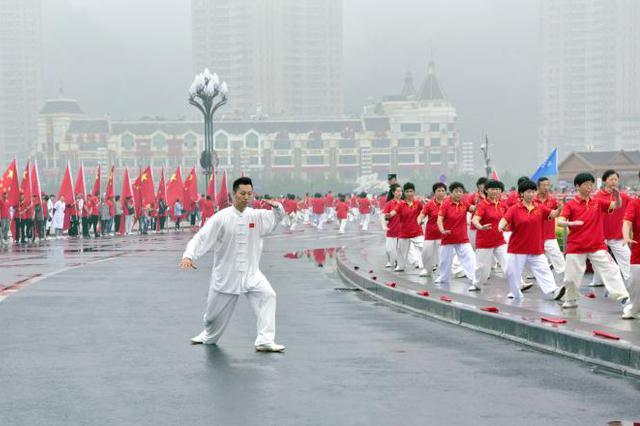 万人太极拳展演在星海广场启幕 掀起全民健身新高潮