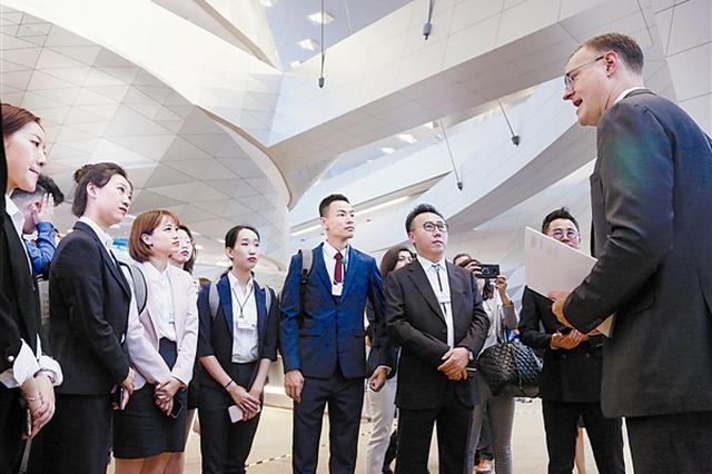 """世界经济论坛大中华区首席代表艾德维 为8位市民代表做""""向导"""