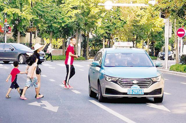 不足百米路段 一个半小时20多人横穿马路