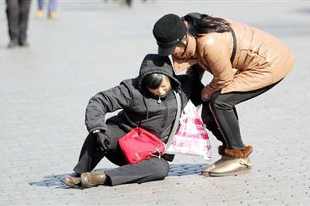 老人路边摔倒 民警赶紧帮忙找家人