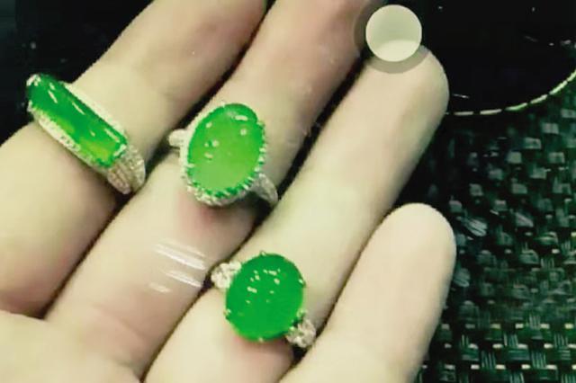 女子捡到三枚总价值超11万元的翡翠戒指后归还失主