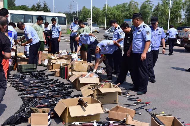 大连市警方组织开展集中销毁非法枪爆物品活动