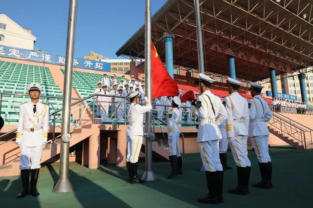 大连海事大学师生同上一堂课 1.6万人共唱国歌
