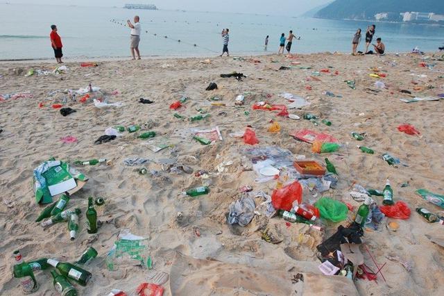 """环保志愿者和众多市民参与 1000多人一起""""净滩"""""""