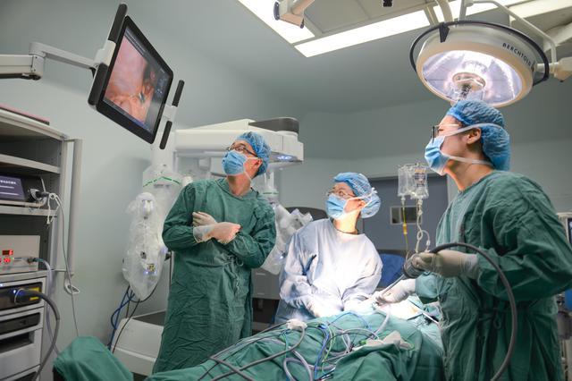 """大医一院达芬奇机器人手术成功挑战普通外科领域的""""珠穆朗玛"""