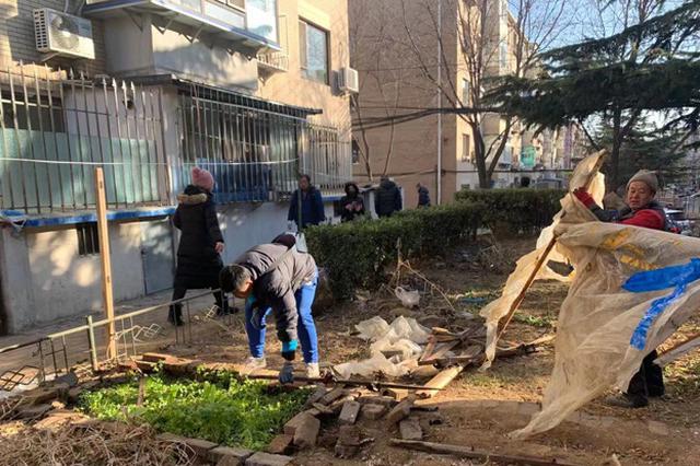 【新春走基层】社区居民齐出动 清扫楼院迎新春