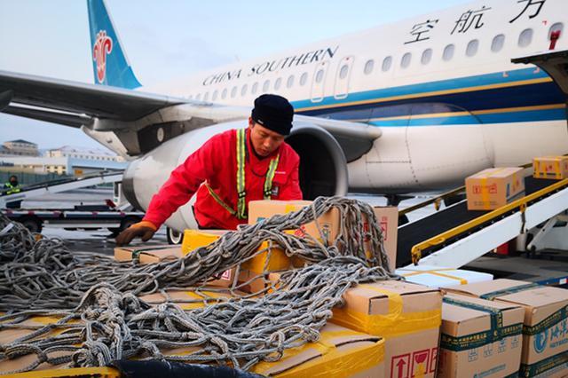 【新春走基层】每天20吨草莓坐南航飞机从大连飞往全国
