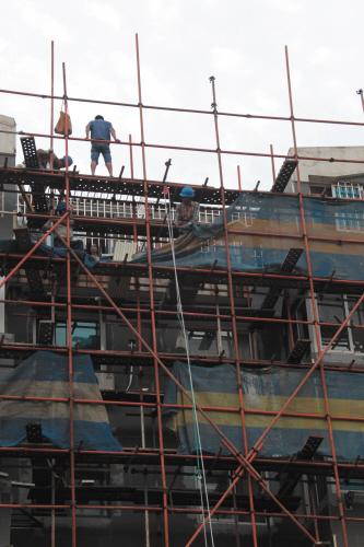 工人们正在给外墙做保温。
