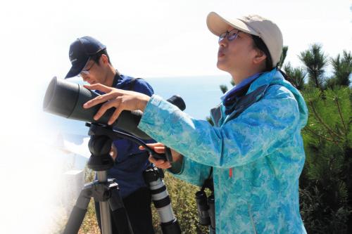 9月27日,由保护区工作人员和志愿者组成的观测团队正在进行猛禽调查。摄影记者雪林