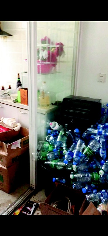 文先生出租的房子内,堆满杂物,遍地垃圾。