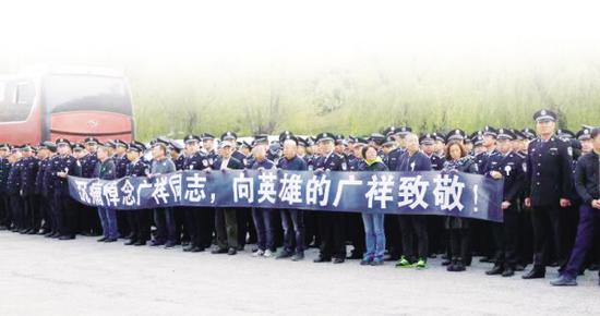 市公安局民警和各界群众千余人怀着悲痛的心情赶来殡仪馆,为他们心中的英雄送别!