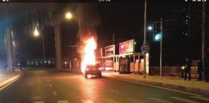 SUV前半部分已被熊熊火焰包围,交警根据现场情况进行疏导调流。