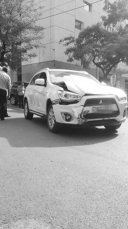 白色SUV车头受损。报料人供图