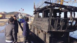 价值40万渔船被烧毁。