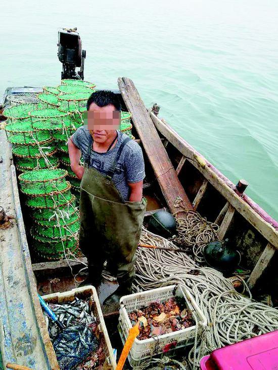 在陈家村查扣了有地滚笼的偷捕渔船。