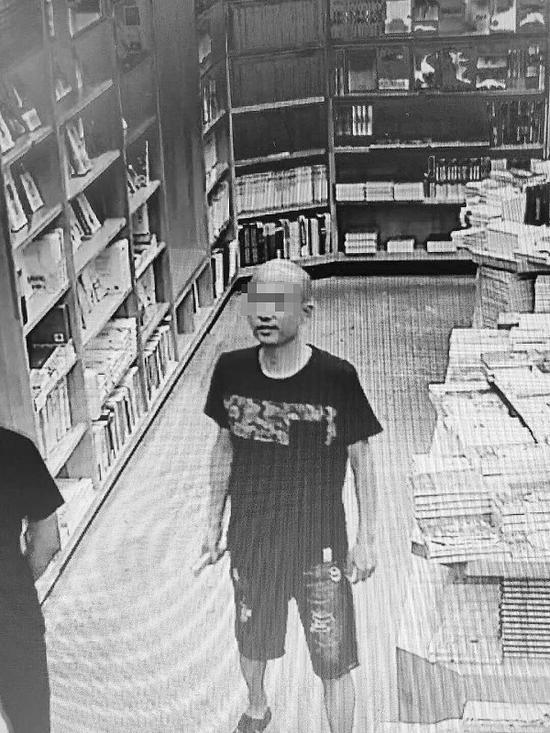 男子偷拿茶壶的过程被监控拍下