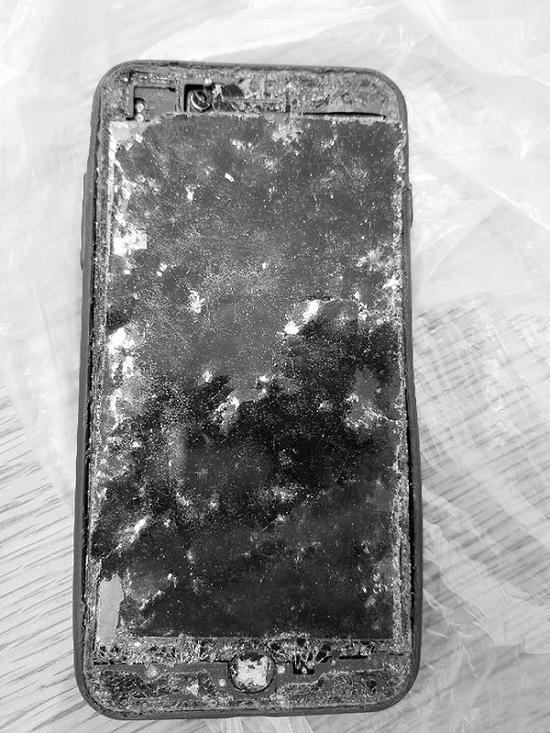 环卫工人找到破损的手机。半岛晨报、海力网摄影记者阎昱颖