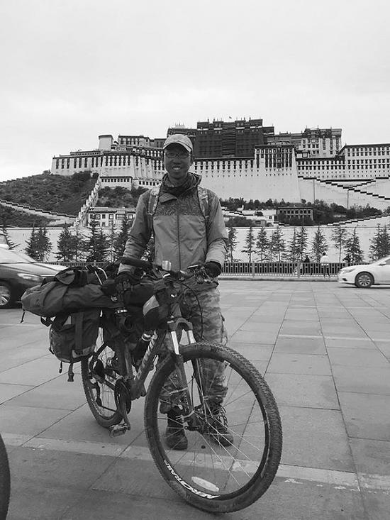 骑行52天到达布达拉宫。(图片由受访者提供)