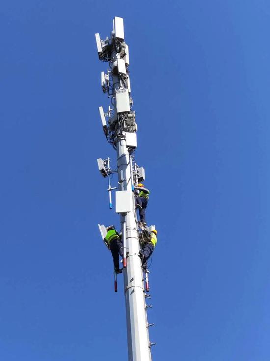 中国铁塔大连分公司正在挂载5G设备