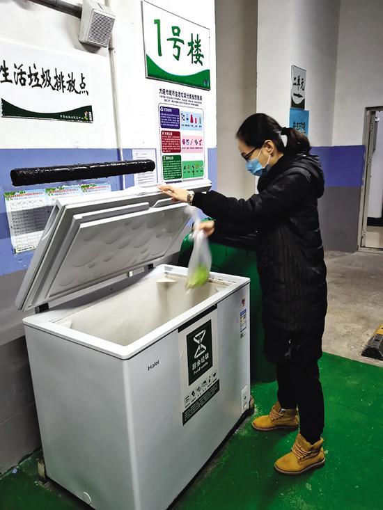 冰柜对厨余垃圾进行冷冻处理,有效解决了异味和撒漏等问题。