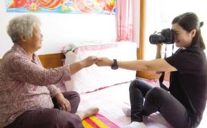 為了彌補沒有給奶奶留下更多照片的遺憾,90后女孩國曉明熱衷于為身邊的老奶奶們拍照片。