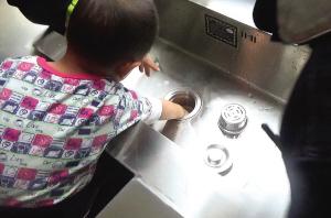 孩子手被卡水槽。