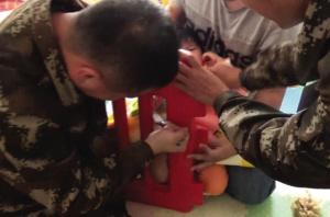 消防员救助腿被卡在塑料儿童床护栏里的小孩。