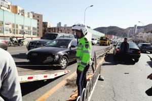 事故致严重拥堵,交警及时处理现场。