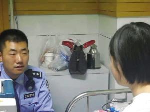 民警与莉莉谈心。