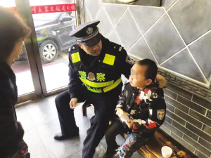 民警一边照顾男孩一边帮他找爸爸。
