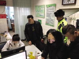 看着孩子被送到医院,交警才放下心来。