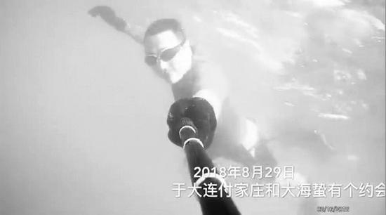 男子通过自拍录下视频。(图片来源于微博)