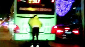 小伙儿脚踩轮滑手扒公交马路狂奔