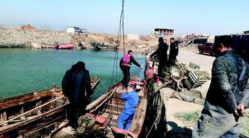 俩渔船休渔期下地滚笼被查扣