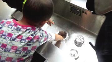 男孩玩耍时手被卡在水槽口