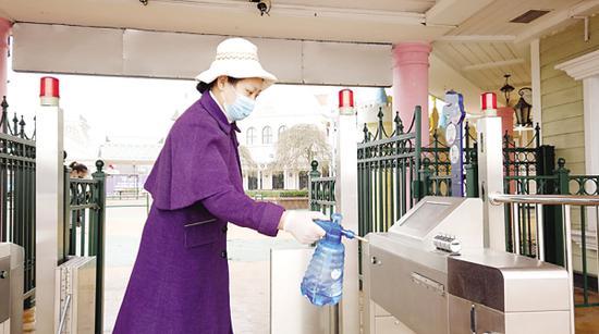 公园按要求对公共区域清洁消毒。图/王杰
