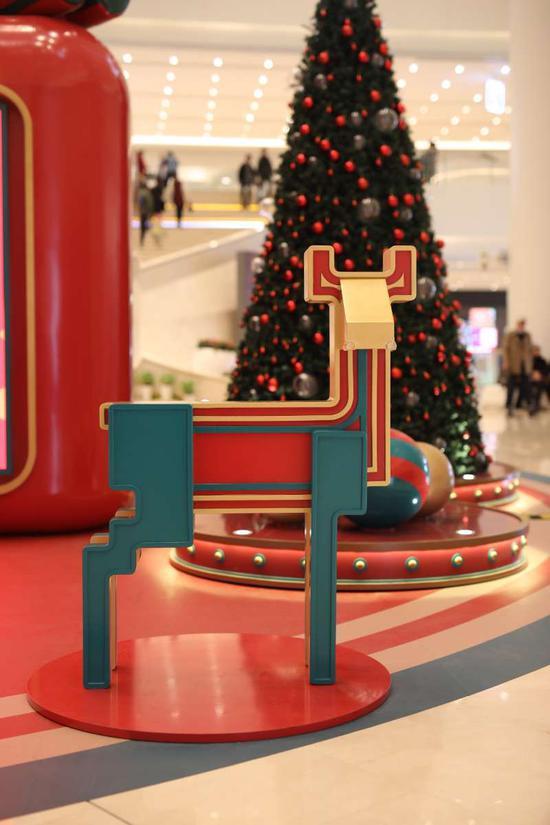 圣诞驯鹿守护在圣诞树前,迎接你的到来,与你分享欢乐。
